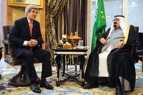 Le Roi Abdallah d'Arabie Saoudite (ici avec le secrétaire d'Etat américain John Kerry) a décidé de s'attaquer aux réseaux djihadistes dans son pays. ©DR
