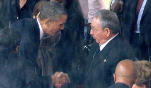 Le symbole de la poignée de main entre Barack Obama et Raul Castro, lors des funérailles de Nelson Mandela, marque le réchauffement des relations entre Cuba et les Etats-Unis. ©DR